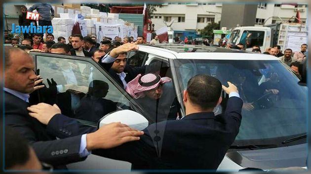 فلسطينيون يطردون المندوب القطري من غزّة ويرشقونه بالأحذية (فيديو)