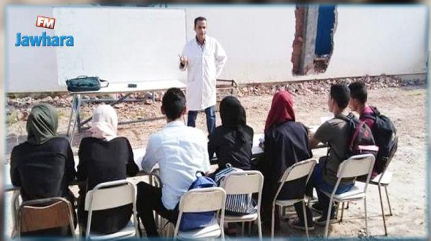 بوحجلة : أستاذ يدرّس تلاميذه في ساحة المعهد !