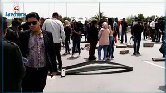 العاملون بقناة نسمة يغلقون الطريق