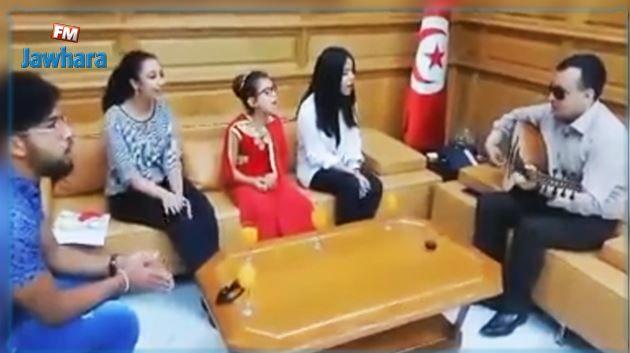 وزير الثقافة وليد الزيدي يعزف على العود مع الأطفال