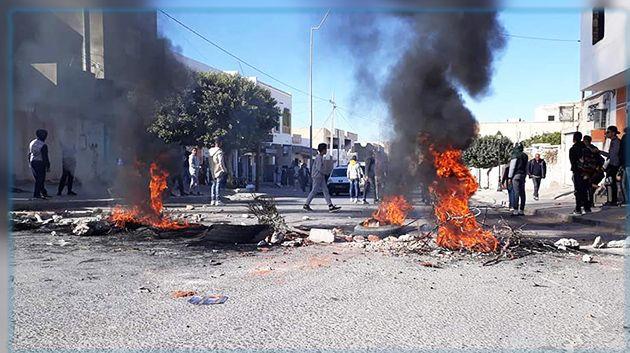 القيروان : محتجون يغلقون الطريق