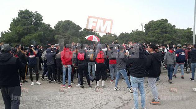وقفة احتجاجية لجماهير النادي الافريقي امام  مقر الجامعة