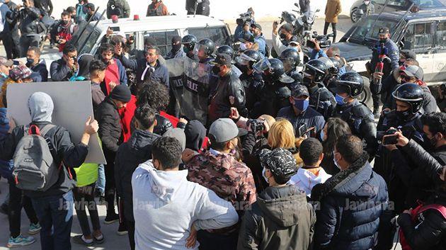 الوحدات الأمنية تمنع المحتجين من التقدم نحو البرلمان