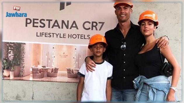 يسافر رفقة زوجته ومجموعة من مشاهير العالم: كريستيانو رونالدو يفتتح فندقه الجديد في دولة عربية