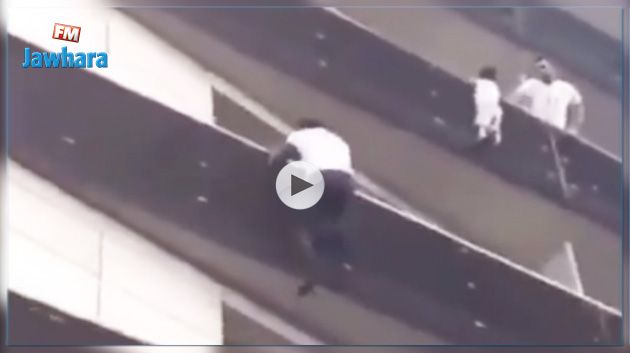 Paris : Un homme escalade un immeuble pour sauver un enfant suspendu dans le vide