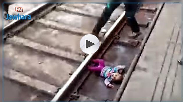 Inde : un nourrisson glisse sous un train et s'en sort indemne
