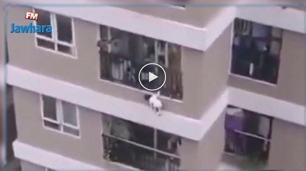 En vidéo : Une fillette de 2 ans chute du 12e étage au Vietnam
