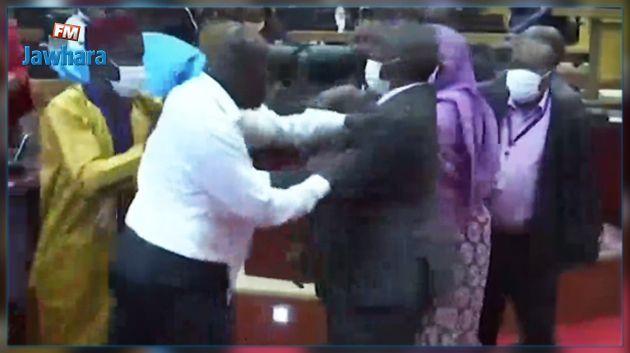 Chaos au parlement sud-africain où les députés en viennent aux mains
